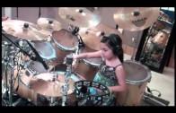 10-letnia dziewczynka gra na perkusji