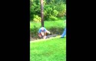 Szalony dziadek próbuje złapać aligatora