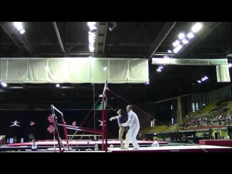 Trener łapie gimnastyczkę, dwukrotnie