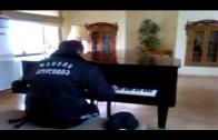Gruźiński ochroniarz przyłapany na samotnej grze na fortepianie
