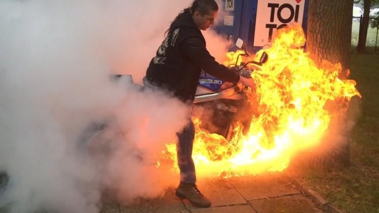 Palenie gumy razem z motocyklem.