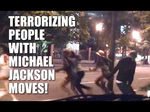 Straszy przechodniów ruchami Michaela Jacksona
